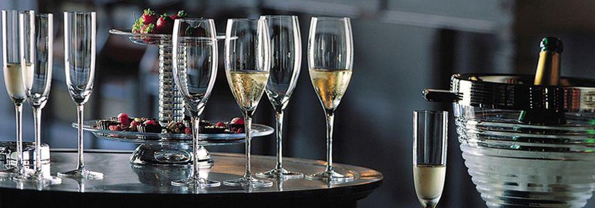 Чаши за шампанско и розе